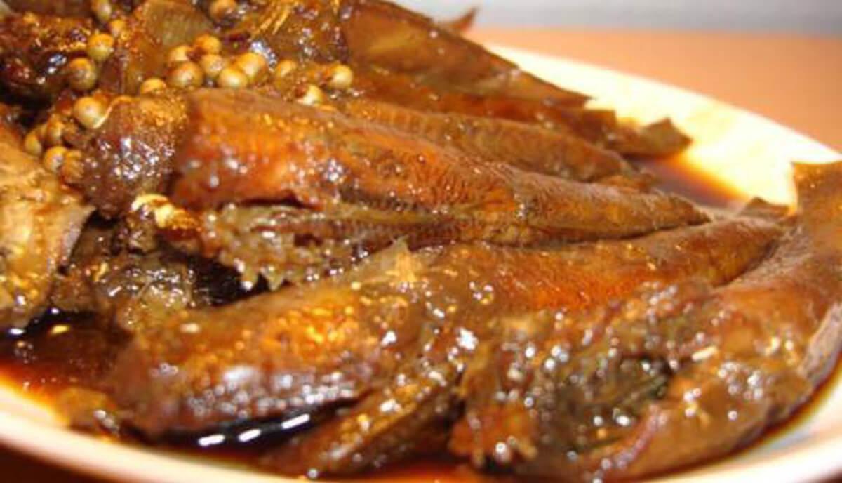 hoàn thành món cá bống sông Trà kho