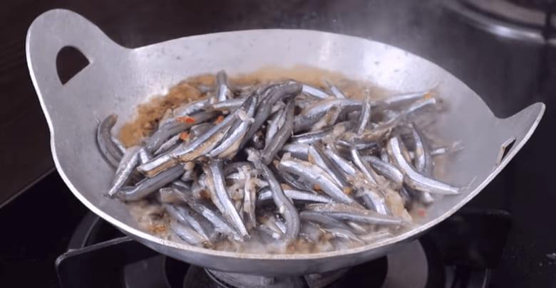 cách làm cá cơm tươi kho tiêu