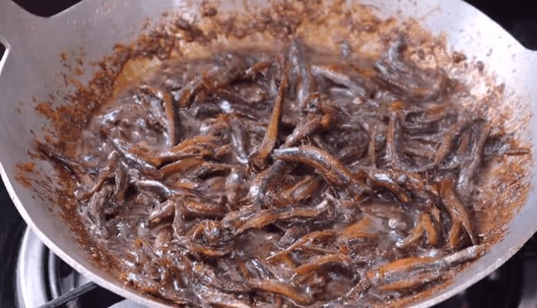 làm cá cơm kho tiêu