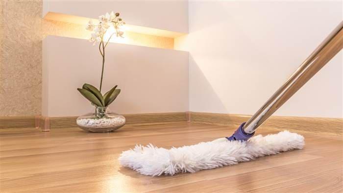 làm sạch sàn nhà bằng giấm