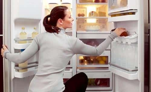 Sử dụng giấm giá rẻ vệ sinh tủ lạnh