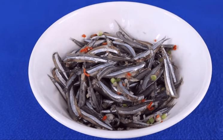 ướp cá cơm kho tiêu