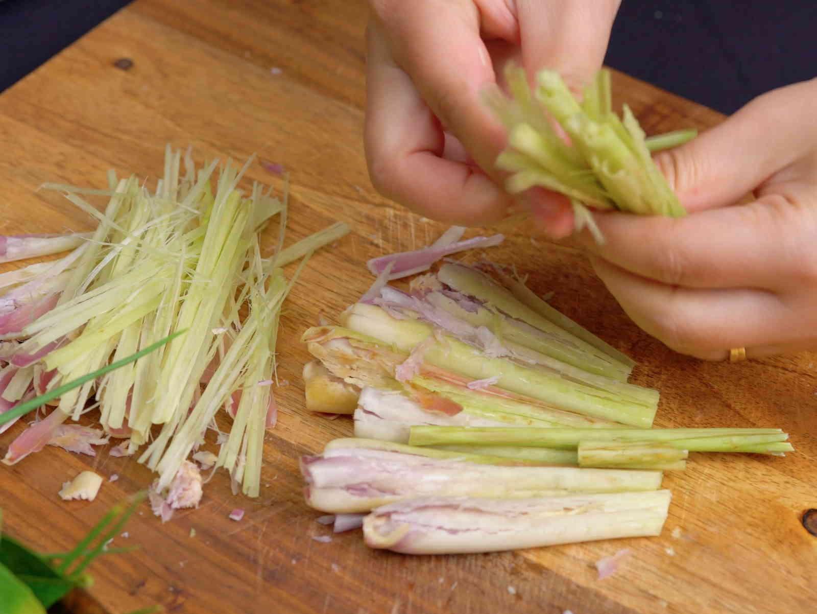 sơ chế nguyên liệu nấu lẩu hải sản chua ngọt
