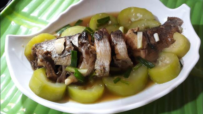 Món cá kho với bầu