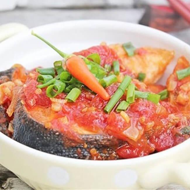 Nguyên liệu cá kho với cà chua