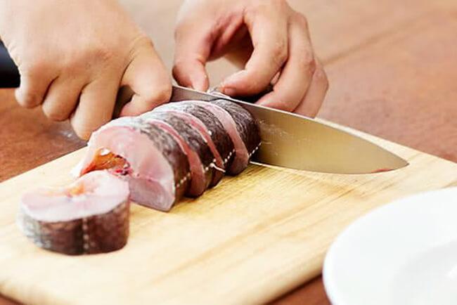 Sơ chế cá cho món kho cá chuối xanh