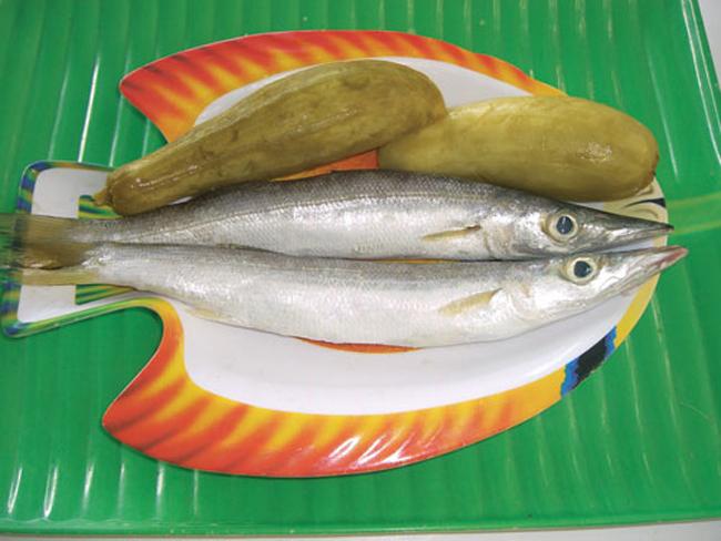 Nguyên liệu kho cá và dưa gang muối