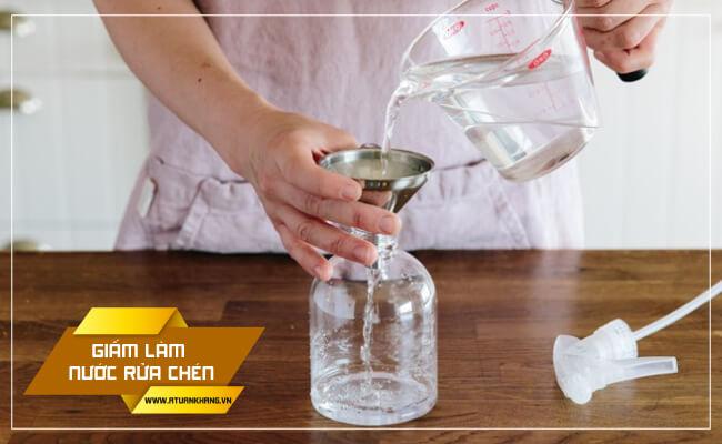 Dùng giấm làm nước rửa chén