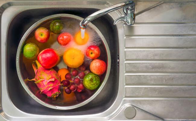 Dùng giấm và muối rửa thực phẩm