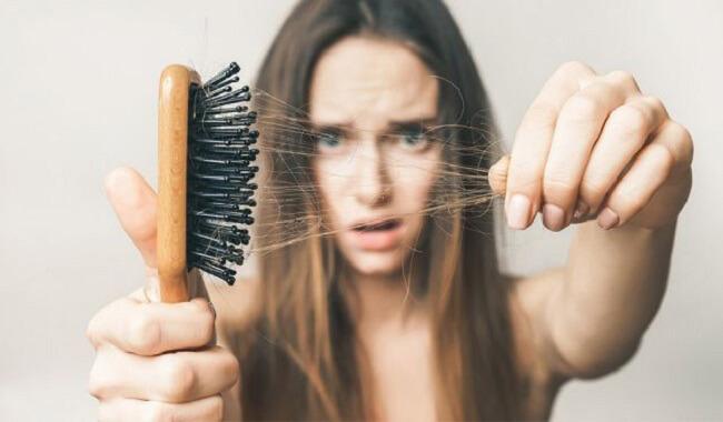 Dùng giấm xả tóc hỗ trợ trị rụng tóc