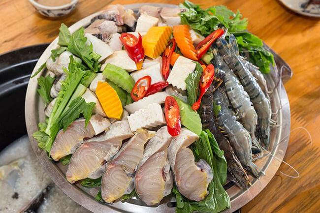 Sơ chế nguyên liệu lẩu hải sản
