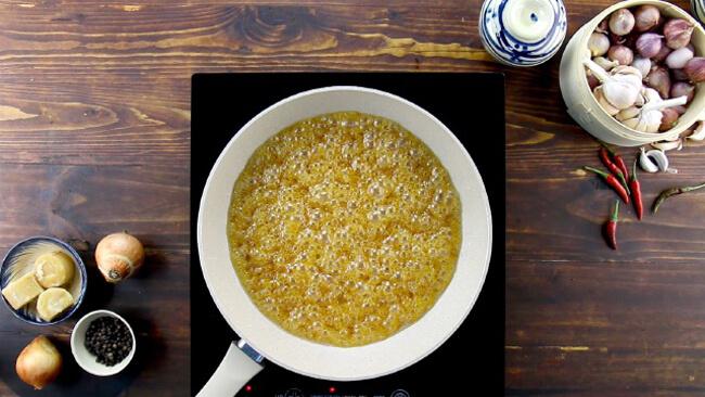 Nấu tan đường thốt nốt