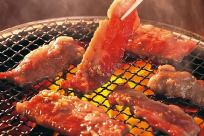 Nướng thịt bò với than hoa