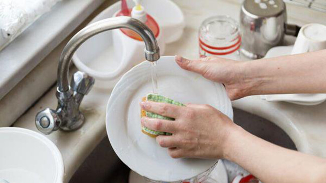Rửa chén với giấm