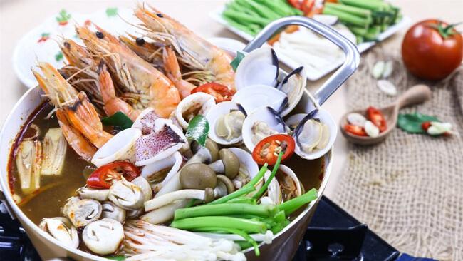 bước 3 nấu lẩu sa tế hải sản