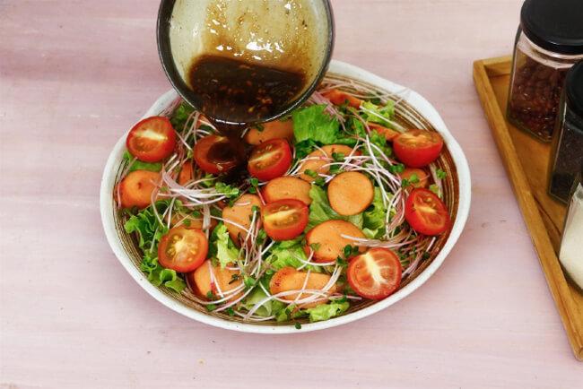Trộn salad với nước sốt giấm tiều