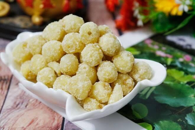 mứt hạt sen là món ăn thể hiện cho năm mới sum họp, con cháu đầy nhà